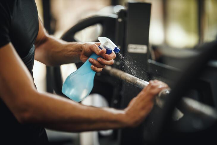 Vasking av treningsapparater med antibakk